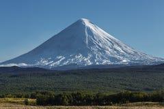Kliuchevskoi vulkan (Klyuchevskaya Sopka) på Kamchatka Peninsul Arkivfoton