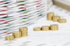 Kliva högen av guld- mynt på finanskonto Arkivfoto