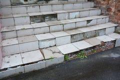 Kliver det brutna huset för fara utomhus- Skadat trappafall arkivbilder