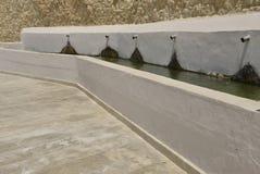 Källa på stenväggen Royaltyfria Foton