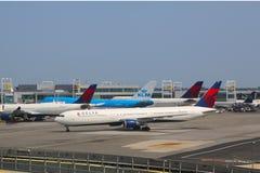 KLM波音747和三角洲航空公司飞行在门在终端4在约翰・肯尼迪国际机场在纽约 免版税库存图片