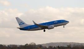 KLM波音737平面离开 免版税库存图片