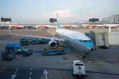 KLM航空公司的乘客波音737准备飞行到斯希普霍尔机场 免版税图库摄影