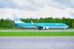 KLM荷兰皇家航空公司波音737下架Gen飞机在跑道乘坐在到来以后在普尔科沃国际机场 库存照片