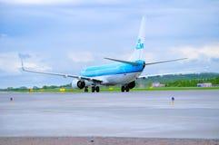 KLM荷兰皇家航空公司波音737下架Gen飞机在跑道乘坐在到达普尔科沃国际机场以后在圣徒 免版税库存图片