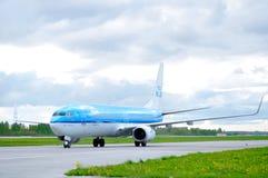 KLM荷兰皇家航空公司波音737下架Gen飞机在跑道乘坐在到达普尔科沃国际机场以后在圣徒 库存照片
