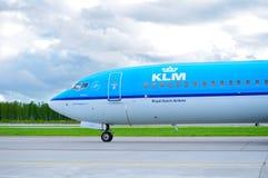 KLM荷兰皇家航空公司波音737下架Gen飞机在跑道在Sa中乘坐在到来以后在普尔科沃国际机场 免版税库存图片