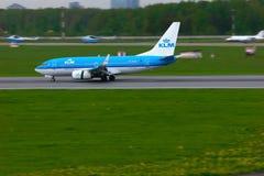KLM荷兰皇家航空公司波音737-7K2航空器在普尔科沃国际机场在圣彼德堡,俄罗斯 图库摄影