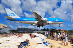KLM 747 över Maho Beach, St Maarten Royaltyfri Bild