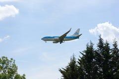 KLM η βασιλική Dutch Airlines Boeing 737 στην προσέγγιση στον αερολιμένα Heathrow Στοκ Φωτογραφία