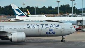 KLM Боинг 777-300ER в ливрее Skyteam ездя на такси к паркуя стойке на авиапорте Changi Стоковые Фотографии RF