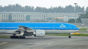 KLM Боинг 777-300ER ездя на такси на авиапорте Changi Стоковое Фото
