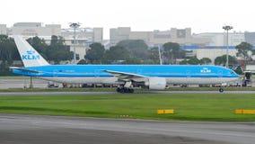 KLM Боинг 777-300ER ездя на такси на авиапорте Changi Стоковые Фотографии RF