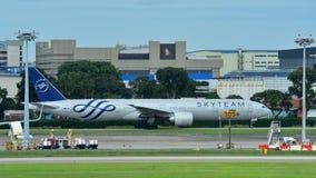 KLM Боинг 777-300ER ездя на такси на авиапорте Changi Стоковое Изображение RF