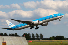 KLM -荷兰皇家航空公司波音777-306/ER 免版税库存照片