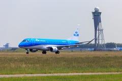 KLM巴西航空工业公司175在斯希普霍尔 免版税库存图片