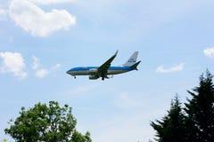KLM Boeing 737 à l'approche à l'aéroport de Heathrow Images libres de droits