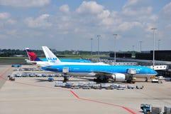 KLM Boeing 777-206ER (PH-BQH) parkerade på Schiphol Royaltyfri Bild