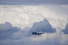 KLM Boeing 777 que aterriza en las nubes Foto de archivo