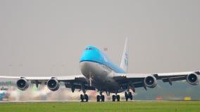 KLM Boeing 747 accelererar för avvikelse arkivfilmer