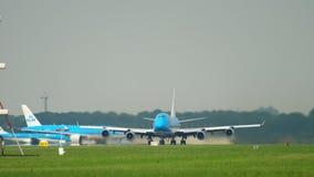 KLM Boeing 747 acelera antes de salida almacen de metraje de vídeo