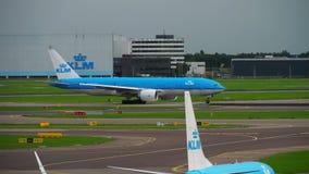 KLM Boeing 777 beschleunigen sich vor Abfahrt stock footage