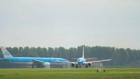 KLM Boeing 737 beschleunigen sich vor Abfahrt stock footage