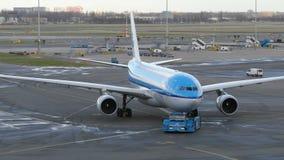 KLM Boeing 777 bij Schiphol luchthaven stock footage
