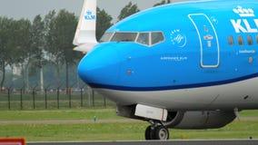 KLM Boeing 737 che rulla prima della partenza video d archivio