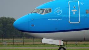 KLM Boeing 737 che rulla prima della partenza archivi video