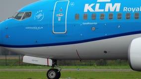 KLM Boeing 737 che rulla prima della partenza stock footage