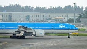 KLM Boeing 777-300ER που μετακινείται με ταξί στον αερολιμένα Changi Στοκ Εικόνες