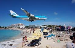 KLM Boeing 747 ląduje nad Maho plażą w St Martin obraz royalty free