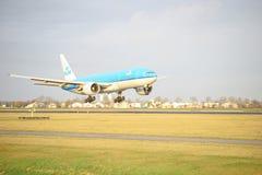 KLM Boeing 777 landa PH-BQC Fotografering för Bildbyråer