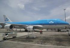 KLM Boeing 747 nivå på grov asfaltbeläggning på prinsessan Juliana Airport Arkivbild