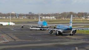 KLM Boeing 777 & Push-Back di Boeing 747 dal terminale di aeroporto di Schiphol 1 video d archivio