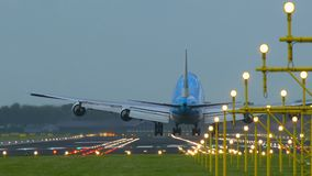 KLM Boeing 747 que aterriza con el viento lateral fuerte almacen de video