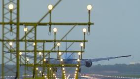 KLM Boeing 777 que aterriza en el aeropuerto de Amsterdam Schiphol metrajes