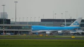 KLM Boeing 747 que lleva en taxi después de lanfing almacen de metraje de vídeo