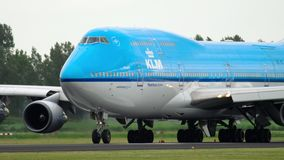 KLM Boeing 747 que taxiing antes da decolagem vídeos de arquivo
