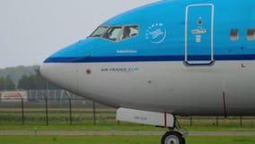 KLM Boeing 737 roulant au sol avant le départ banque de vidéos