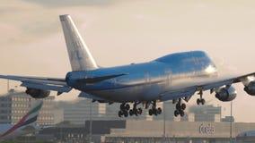 KLM Boeing 747 s'approchant banque de vidéos