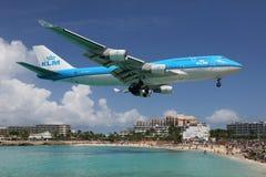 KLM Boeing 747-400 samolotowego lądowania St Martin lotnisko Zdjęcia Royalty Free