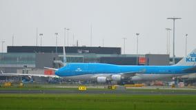 KLM Boeing 747 som åker taxi, når lanfing stock video