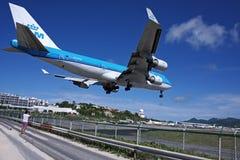 KLM Boeing 747 som landar över Maho Beach  Royaltyfria Bilder