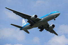 KLM Boeing 777 som stiger ned för att landa på den internationella flygplatsen för JFK i New York Arkivbild