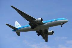 KLM Boeing 777 som stiger ned för att landa på den internationella flygplatsen för JFK i New York Arkivfoton