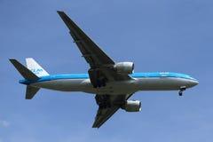 KLM Boeing 777 som stiger ned för att landa på den internationella flygplatsen för JFK i New York Arkivbilder