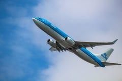 KLM Boeing 737 som tar av på den Barcelona flygplatsen royaltyfri bild