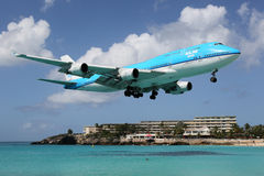 KLM Boeing 747-400 St Martin de aterrissagem Imagens de Stock Royalty Free